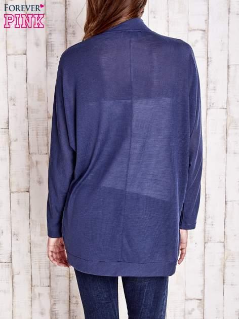 Granatowy sweter z otwartym dekoltem                                   zdj.                                  4