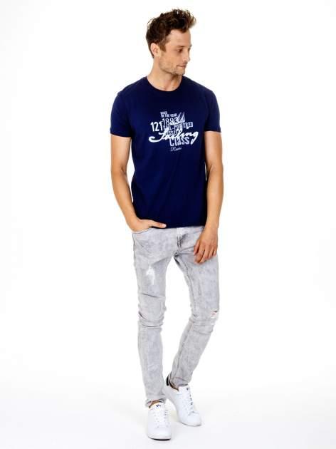 Granatowy t-shirt męski z marynarskim motywem i napisem SAILING                                  zdj.                                  3