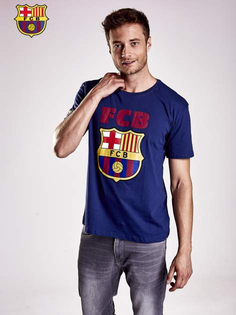 Granatowy t-shirt męski z motywem FC BARCELONA                                  zdj.                                  1