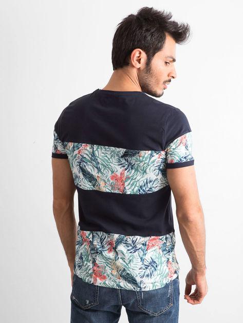 Granatowy t-shirt męski z motywem roślinnym                              zdj.                              3