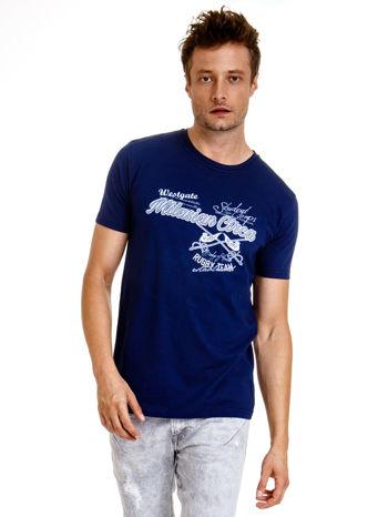 Granatowy t-shirt męski z nadrukiem napisów w sportowym stylu                                  zdj.                                  2