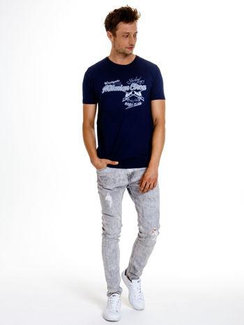 Granatowy t-shirt męski z nadrukiem napisów w sportowym stylu                                  zdj.                                  3