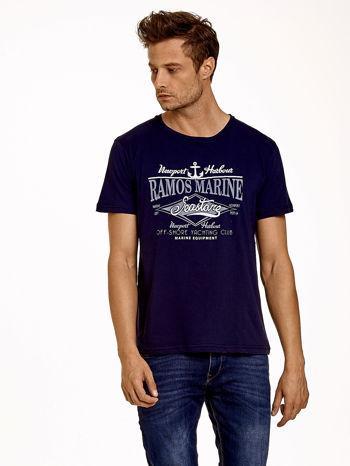 Granatowy t-shirt męski z napisami i kotwicą                                  zdj.                                  1