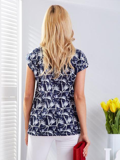 Granatowy t-shirt w geometryczne desenie                              zdj.                              2