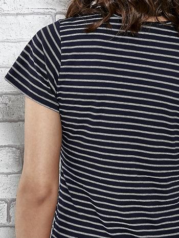 Granatowy t-shirt w paski z naszywkami                                  zdj.                                  6