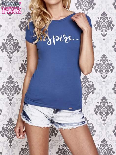Granatowy t-shirt z artystycznym napisem
