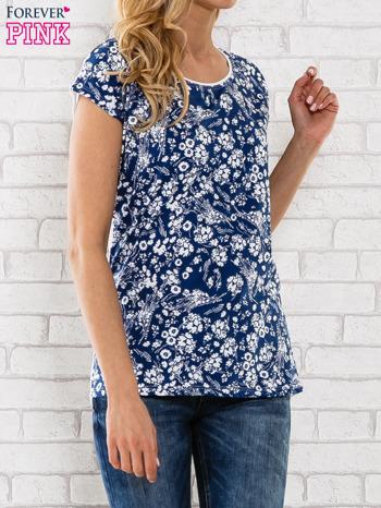 Granatowy t-shirt z białym kwiatowym motywem