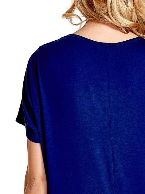 Granatowy t-shirt z biżuteryjnym napisem LOVE                                  zdj.                                  6