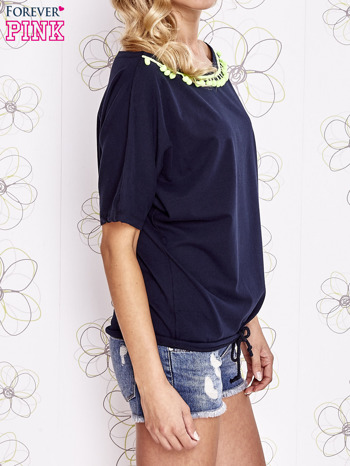 Granatowy t-shirt z limonkowymi pomponikami przy dekolcie                                  zdj.                                  3
