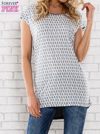 Granatowy t-shirt z motywem kwiatowym i dłuższym tyłem                                  zdj.                                  1