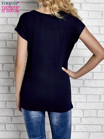 Granatowy t-shirt z napisem I AM CHOCOHOLIC BABY                                  zdj.                                  2