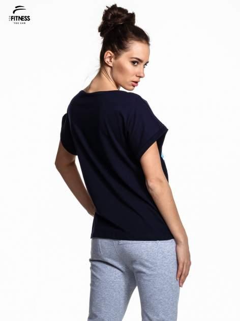 Granatowy t-shirt z napisem MIND OVER BODY                                  zdj.                                  3