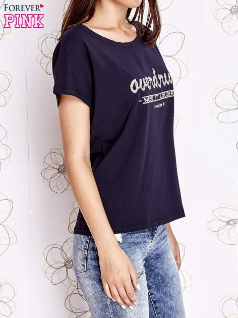 Granatowy t-shirt z napisem NEED IT LOUDER                                  zdj.                                  3