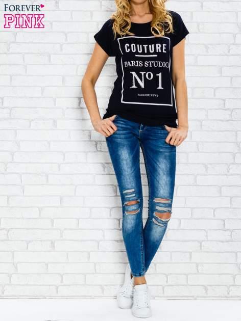 Granatowy t-shirt z napisem PARIS STUDIO z dżetami                                  zdj.                                  2