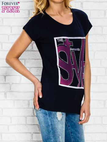 Granatowy t-shirt z napisem STYLE z dżetami                                  zdj.                                  3