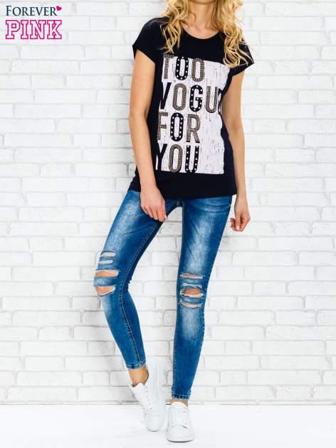Granatowy t-shirt z napisem TOO VOGUE FOR YOU z dżetami                                  zdj.                                  4