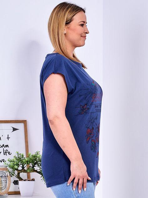 Granatowy t-shirt z napisem i motywem roślinnym PLUS SIZE                              zdj.                              3