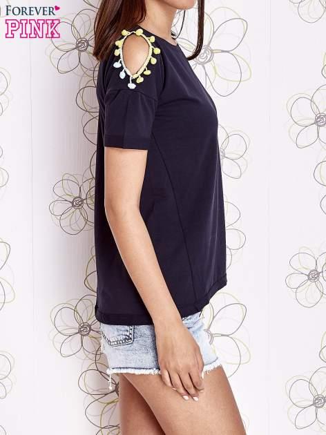 Granatowy t-shirt z naszywką motyla i pomponami                                  zdj.                                  3