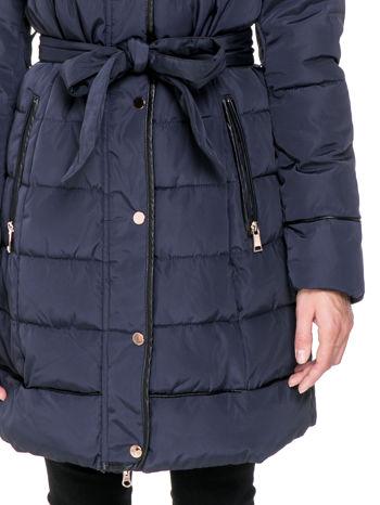 Granatowy taliowany płaszcz puchowy z kapturem z futerkiem                                  zdj.                                  8