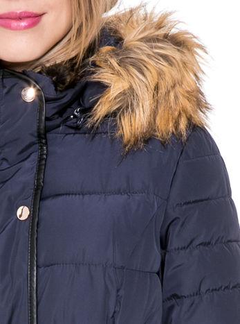 Granatowy taliowany płaszcz puchowy z kapturem z futerkiem                                  zdj.                                  9