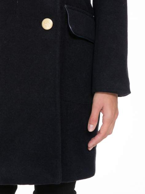 Granatowy wełniany płaszcz dwurzędowy z futrzanym kołnierzem                                  zdj.                                  7