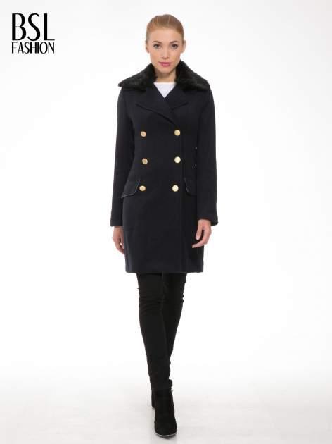 Granatowy wełniany płaszcz dwurzędowy z futrzanym kołnierzem                                  zdj.                                  2