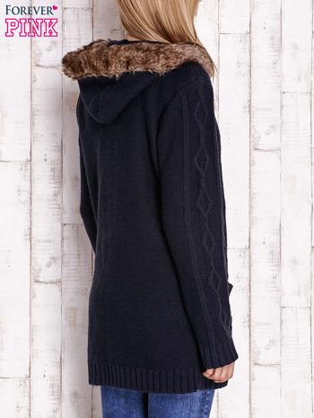 Granatowy wełniany sweter z futrzanym wykończeniem kaptura                                  zdj.                                  4