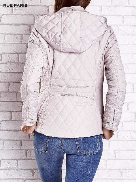 Jasnobeżowa pikowana kurtka z kapturem i skórzaną lamówką                                  zdj.                                  5