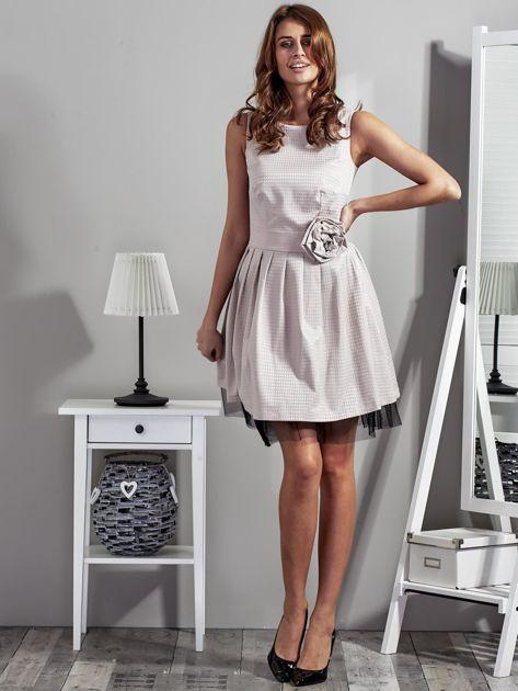 Jasnobeżowa sukienka z ozdobnym kwiatem                              zdj.                              4