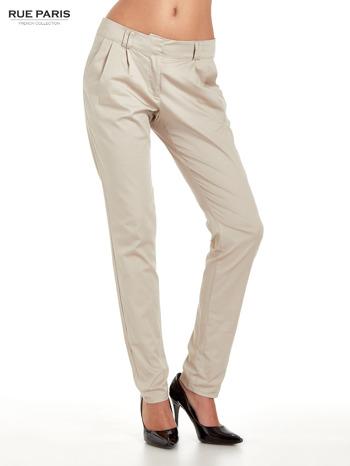 Jasnobeżowe spodnie cygaretki z zakładkami                                  zdj.                                  1