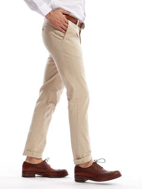Jasnobeżowe spodnie męskie chinosy o prostym kroju                              zdj.                              3