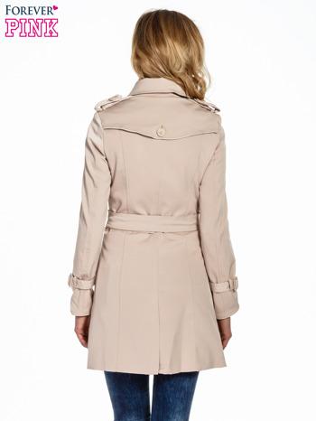 Jasnobeżowy klasyczny płaszcz trencz ze skórzanym obszyciem                                  zdj.                                  4
