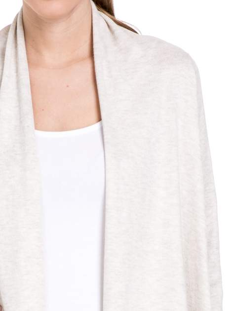 Jasnobeżowy sweter narzutka z kaskadowymi bokami                                  zdj.                                  5