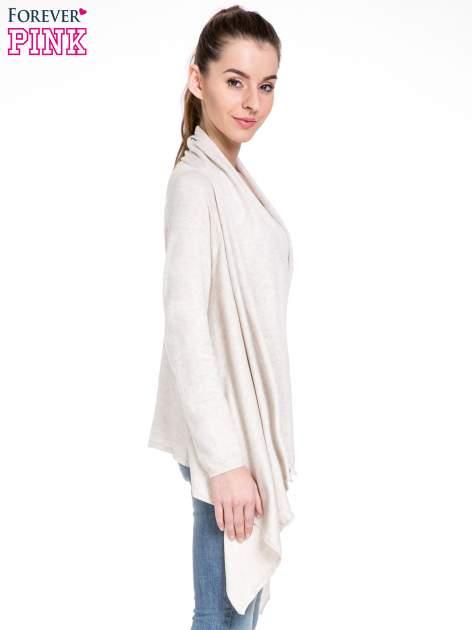 Jasnobeżowy sweter narzutka z kaskadowymi bokami                                  zdj.                                  3