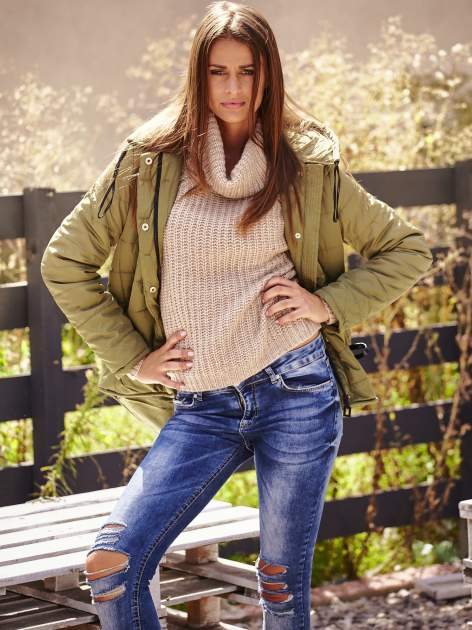 Jasnobeżowy sweter oversize z luźnym golfem                                  zdj.                                  9