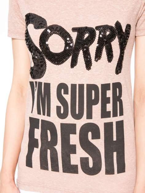 Jasnoborodowy t-shirt z napisem SORRY I'M SUPER FRESH z dżetami                                  zdj.                                  7