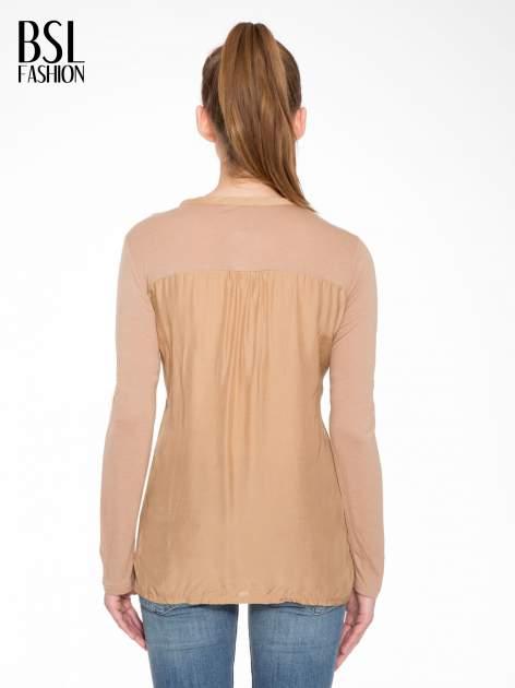 Jasnobrązowa bluzka z atłasowym obszyciem przy dekolcie i kieszonką                                  zdj.                                  3