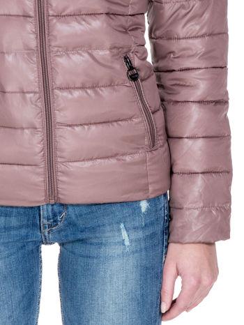Jasnobrązowa puchowa kurtka z błyszczącego materiału z kapturem                                  zdj.                                  6