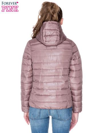 Jasnobrązowa puchowa kurtka z błyszczącego materiału z kapturem                                  zdj.                                  4