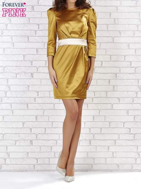 Jasnobrązowa sukienka ze srebrnym paskiem                                  zdj.                                  4