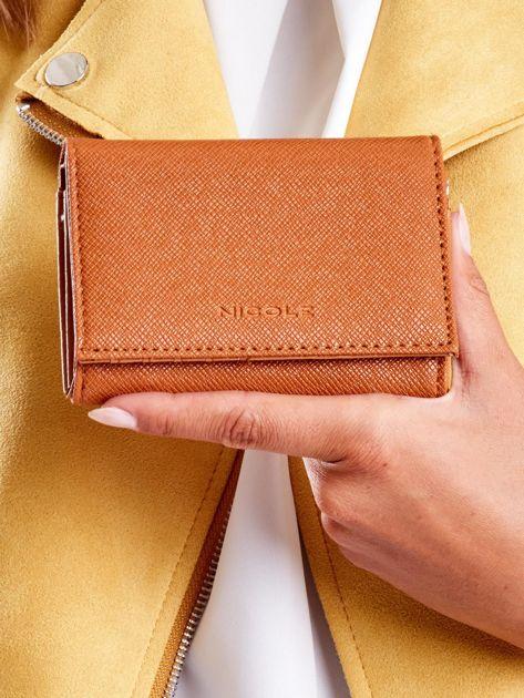 Jasnobrązowy portfel damski z zapięciem na zatrzask