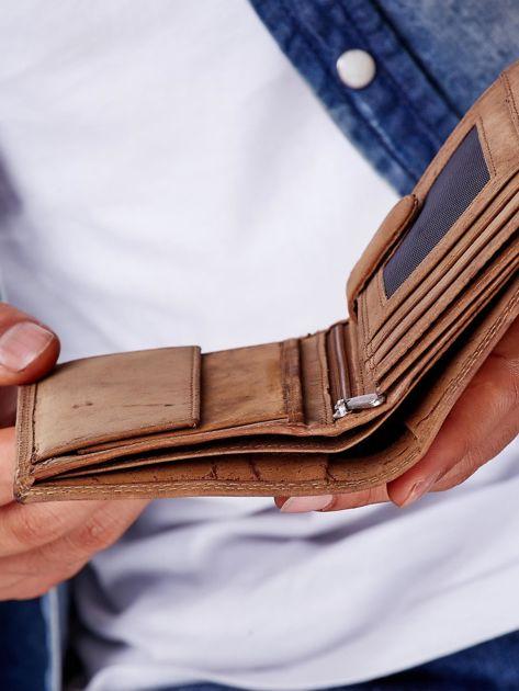 Jasnobrązowy portfel męski z tłoczonym napisem                              zdj.                              4