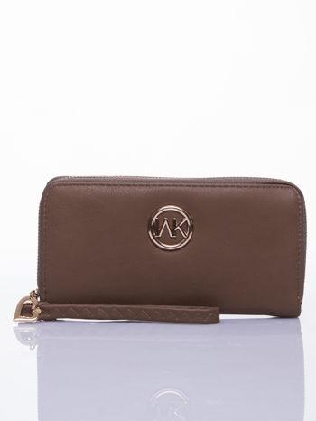 Jasnobrązowy portfel z uchwytem na rękę i złotym logiem                                  zdj.                                  1
