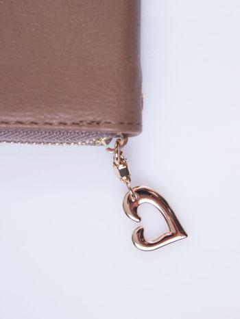 Jasnobrązowy portfel z uchwytem na rękę i złotym logiem                                  zdj.                                  5