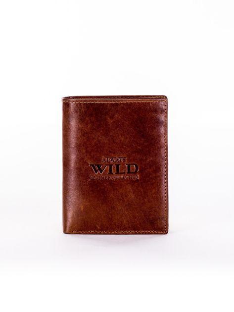 Jasnobrązowy skórzany portfel męski z tłoczonym napisem