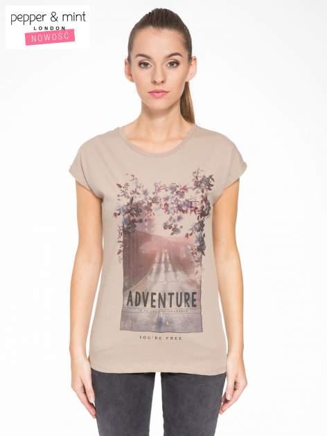 Jasnobrązowy t-shirt z fotografią drogi i napisem ADVENTURE                                  zdj.                                  1