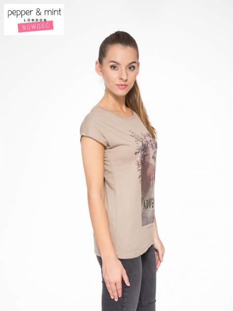 Jasnobrązowy t-shirt z fotografią drogi i napisem ADVENTURE                                  zdj.                                  3