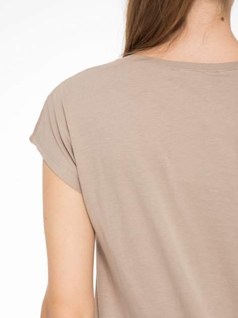 Jasnobrązowy t-shirt z fotografią drogi i napisem ADVENTURE                                  zdj.                                  8