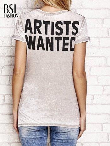 Jasnobrązowy t-shirt z literą A                              zdj.                              2