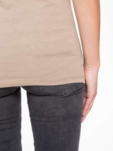 Jasnobrązowy t-shirt z nadrukiem CALIFORNIA                                  zdj.                                  9